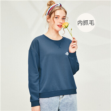 Badge fleece-lined o-neck sweatshirt