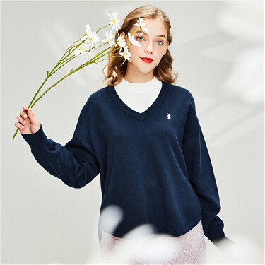 Embroidery longer hem at back v-neck sweater