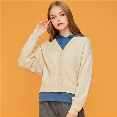 Open placket solid V-neck knitted sweater